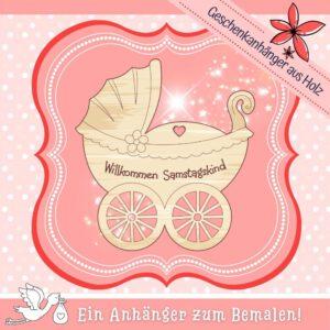Willkommen Baby - Geschenkanhänger Kinderwagen Samstagskind